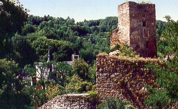 Burg und Burgmauer vor der Restaurierung